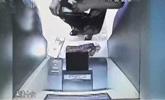 男子见ATM机