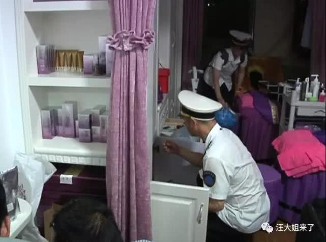 女子躺酒店做整容手术 旁边排满顾客