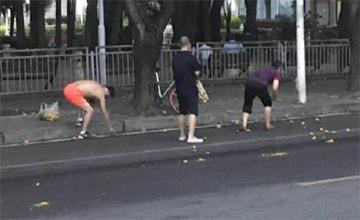 民众冒着台风街上捡芒果