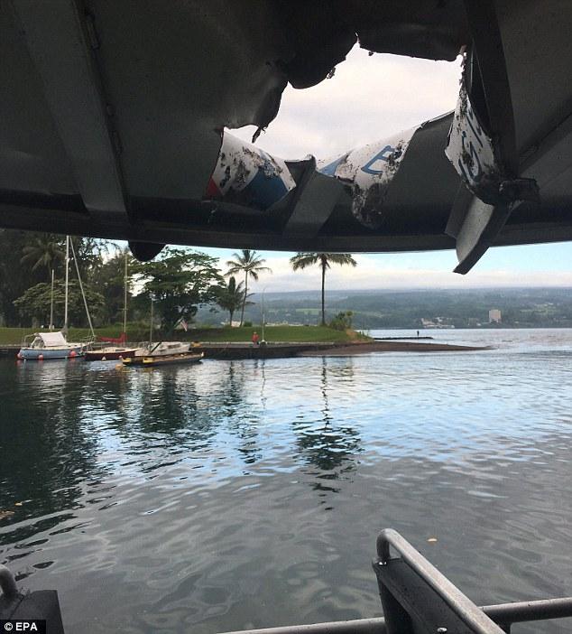 夏威夷:游客看火山 船被岩浆击穿(图)