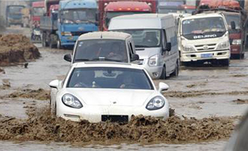 暴雨天还敢开跑车出门?掌握这些涉水技巧很有必要