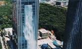 百米高楼中喷出瀑布 开放1小时电费800元引质疑