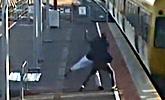 19岁男孩欲把女友扔到行进火车前 对方拼死逃生