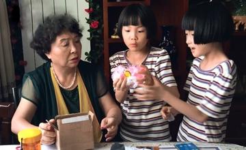 六旬失独母亲生下双胞胎八年后