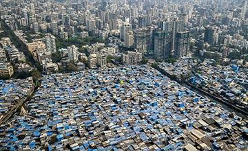 只有一线之隔的富人区和平民窟