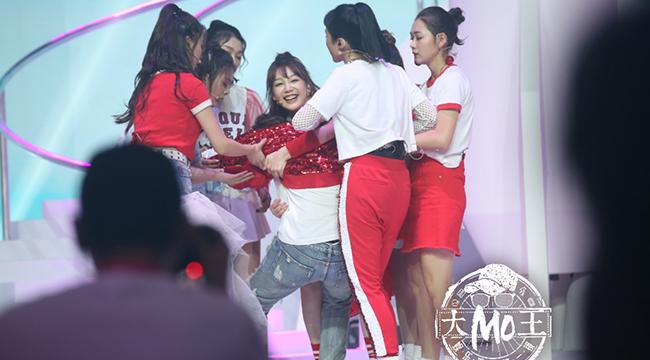 火箭少女101举办新歌发布会 成员Sunnee表演中途晕倒