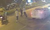 2男子因乘车纠纷当街打斗 抬头发现打到派出所门口