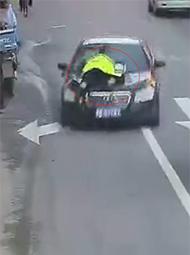 违规车辆顶着交警狂奔十余里