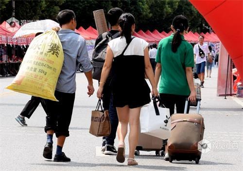 江西高校迎新生 父母千里送子上大学(图)