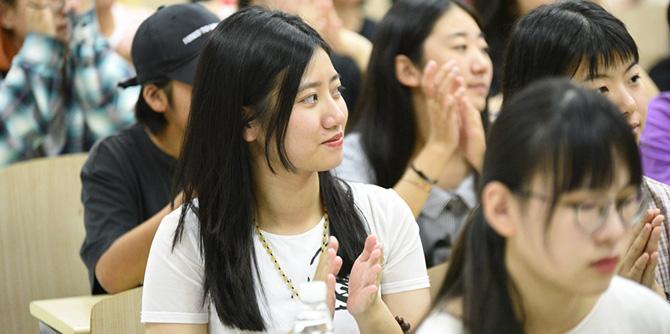 中传00后电竞本科新生报道 朝气十足青春靓丽