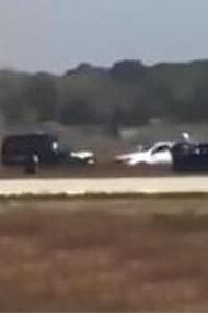 男子驾车冲进机场跑道