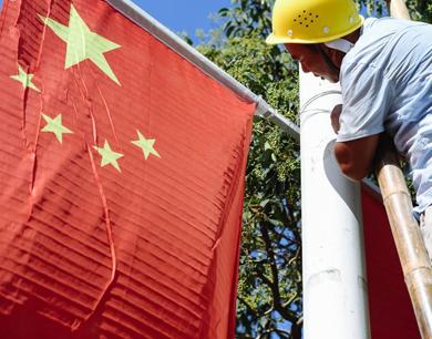 迎国庆挂国旗 南昌街头一路飘红