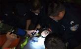 游客滑落20米深山崖 警察加好友通过定位将其找到