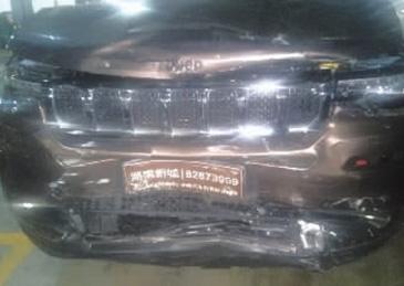 女司机不满办理号牌进度与4S店起纠纷 连撞7车