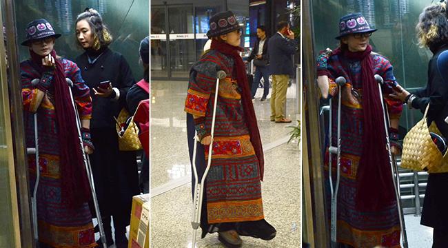 杨丽萍拄双拐现身机场 与众人同挤电梯略显落寞