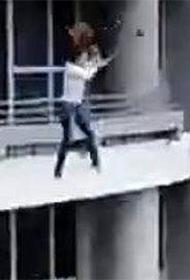 女子阳台自拍坠楼身亡