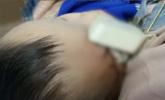 真插头!夫妻被哭声惊醒 见儿子头上扎着充电器插头