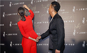 """""""中国第一美女""""红毯上与男星牵小手"""
