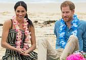 梅根王妃和哈里王子围坐沙滩