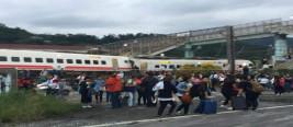 台湾一家17人赴亲友喜宴 坐上脱轨列车8人遇难
