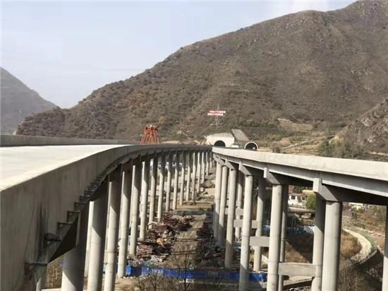 青海首條雙向八車道高速公路土建完工