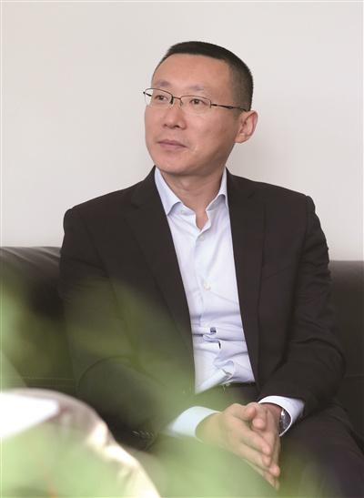 唐俊松是盛虹集团印染常务副总经理,他在大学时读的是国际贸易,留学英国时学的是金融,但他已经是一个印染专家。