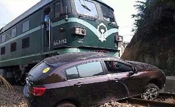 这辆国产车被火车推行了20多米,乘客竟毫发无损