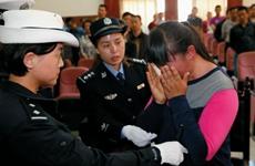 女司机顶撞他人前行数十米 还踢踹咬伤警察被刑拘