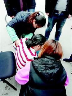 女子路上发病晕倒 众人合力施救-天津热点网