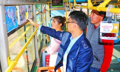 军工新厘革:青岛公交125路推出军事主题车厢