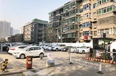 小区门外道路成了收费停车场 人行道被车辆占据