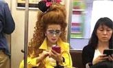 """地铁""""公主大妈""""火了,镜头拉近看到妆容,不火没天理"""