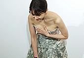 31岁女星鞠躬捂胸口显优雅