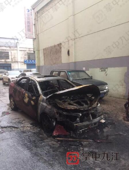 九江一辆小车自燃 因火势蔓延迅速司机只能