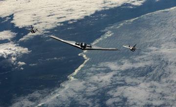 美军隐身战机演练配合作战 B-2空中加油F-22护航