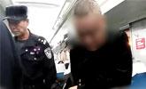 男子火车上脱裤子撒尿 对面女乘客衣袜都被淋湿...