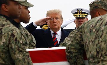 特朗普向遇难美国人行礼