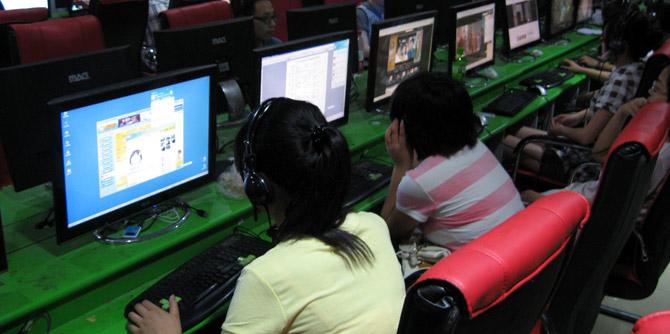 十几年前网吧里的上网少年 放学就抢着占机位