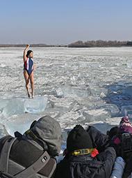 """冰面上围拍泳装女""""width=""""190"""""""