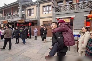 山东日照:背着80岁老人逛庙会44岁男子成最美网红