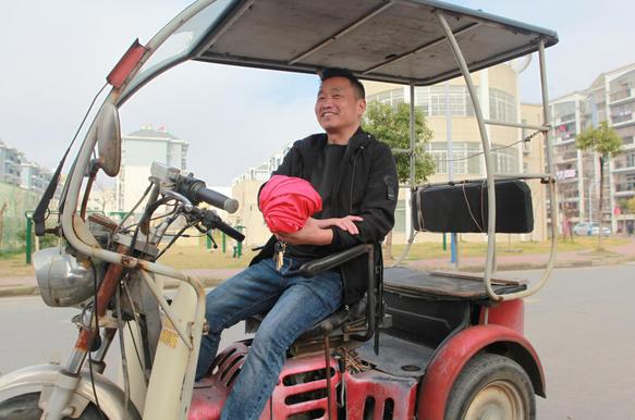 芜湖残疾好小伙励志创业 拄拐帮老人义务理发20年