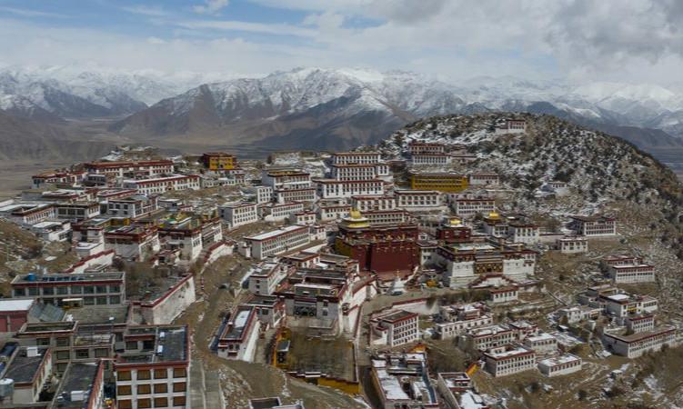 西藏:鸟瞰雪后甘丹寺