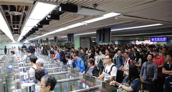 """深圳边检服务升级 """"自助转人工""""提高通关效率"""