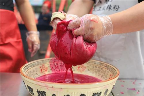 重渡沟情系万人粉条宴再造狂欢盛典 游客撑了肚皮、饱了眼福
