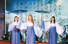 献礼新中国七十华诞 中外师生多国语言诵经典