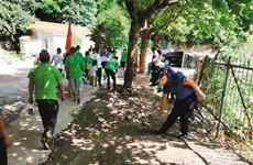 捡拾垃圾保卫秦岭 志愿者在秦岭北麓开展公益活动