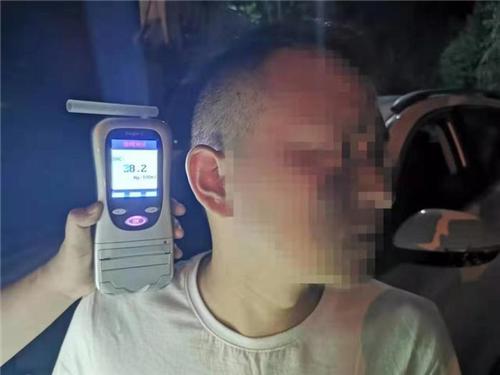 """陕西镇坪:丈夫酒驾看到交警躲车底 妻子""""顶包""""忘了如何驾驶"""