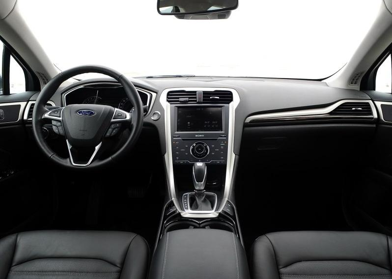 在内饰方面,福特蒙迪欧同样有所升级,其中包括仪表盘中央显示器,触摸图片