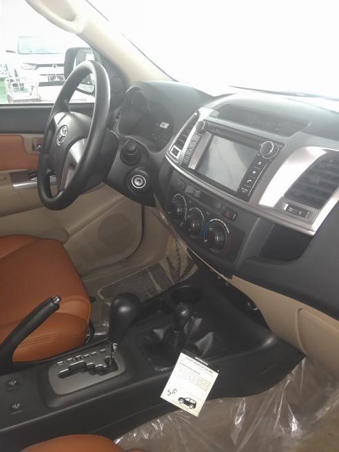 丰田奔跑者前排的储物空间丰富,空调口的杯架设置的很贴心,但后排乘客