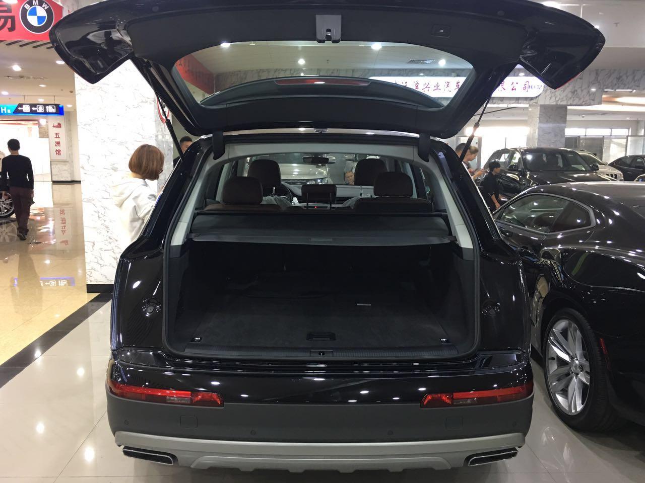7款奥迪Q7宽大的乘坐空间给人以商务车的错觉。车内的玻璃升降开关和杯架都经过镀铬装饰,熠熠生辉的金属饰条让车内的尊贵感提升。奥迪Q7以创新的轻量化科技和豪华舒适的驾乘体验、同级别最大的车内空间和最丰富的驾驶辅助系统,为同级车型树立了划时代的全新准。